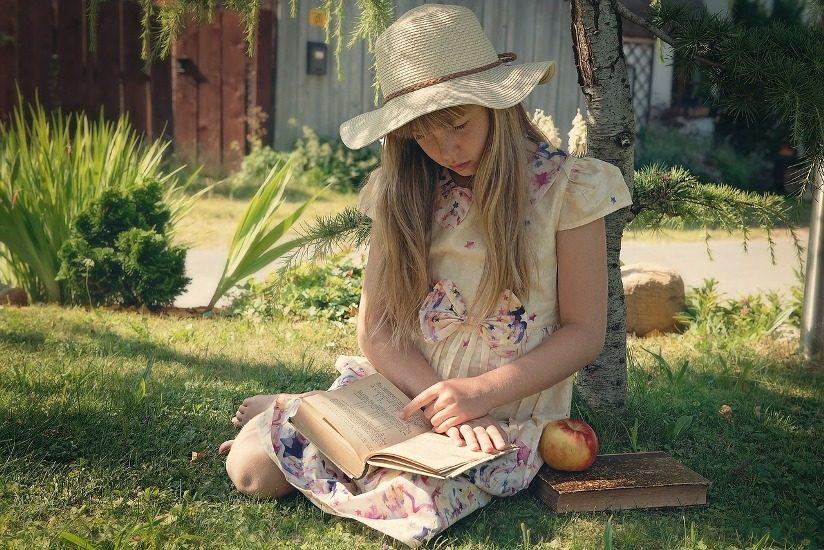 Jeune fille lisant sous un arbre