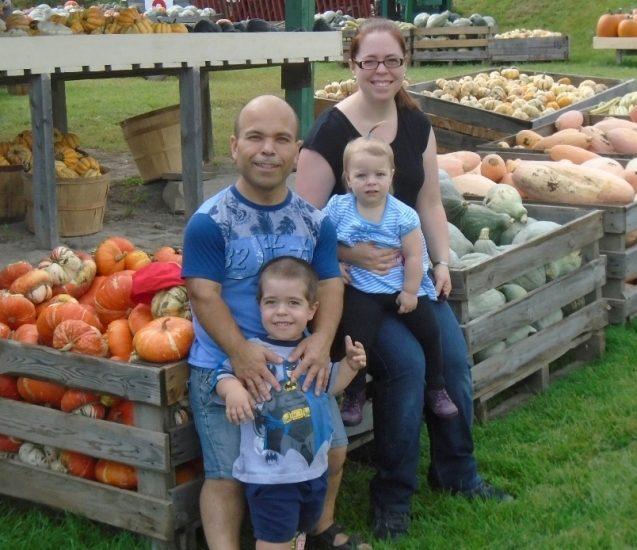 La famille de Christian Lapointe dans un marché de citrouilles.