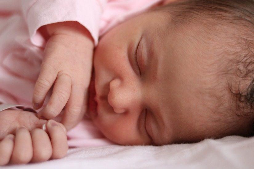 Bébé naissant qui dort