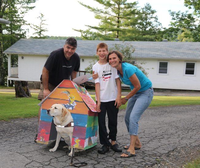 La famille d'Isabelle Perrin pose avec leur chien.