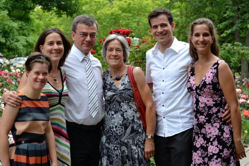 Étienne Brodeur avec sa femme et ses enfants.