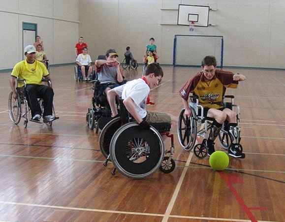 Jeunes jouant au soccer en fauteuil roulant