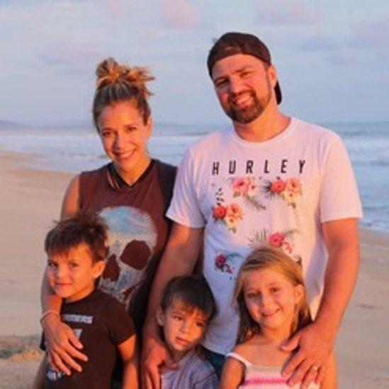 Sophie Gareau, son conjoint et leurs 3 enfants, sur une plage du Mexique.