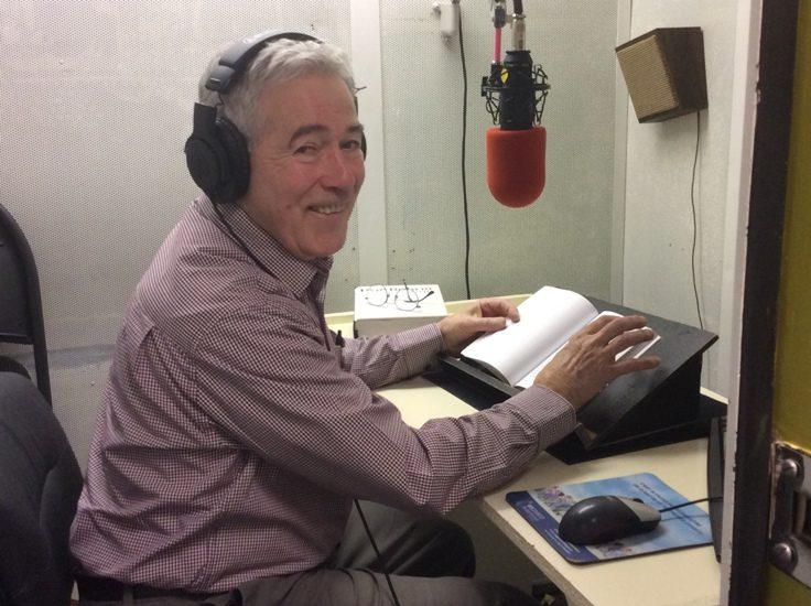 Jacques Tremblay, bénévole de Vues et Voix, dans une cabine d'enregistrement de livres audio.