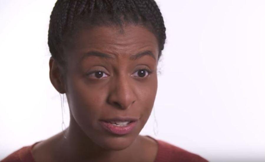 Image de la vidéo de sensibilisation de la campagne. Une comédienne dit des lieux communs sur l'autisme.