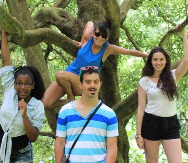 Les quatre enfants de Jean-François Martin posent devant un arbre en voyage au Brésil.