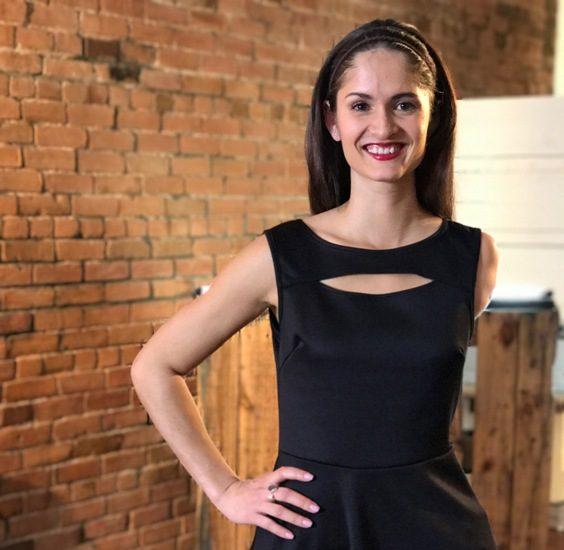 Camille Chai. L'animatrice est amputée de tout le bras gauche et a de longs cheveux noirs.