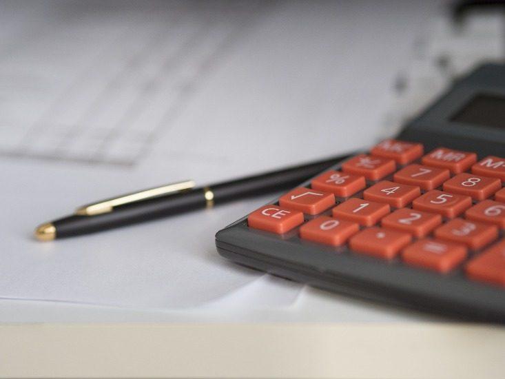Une calculatrice, un stylo, des feuilles.