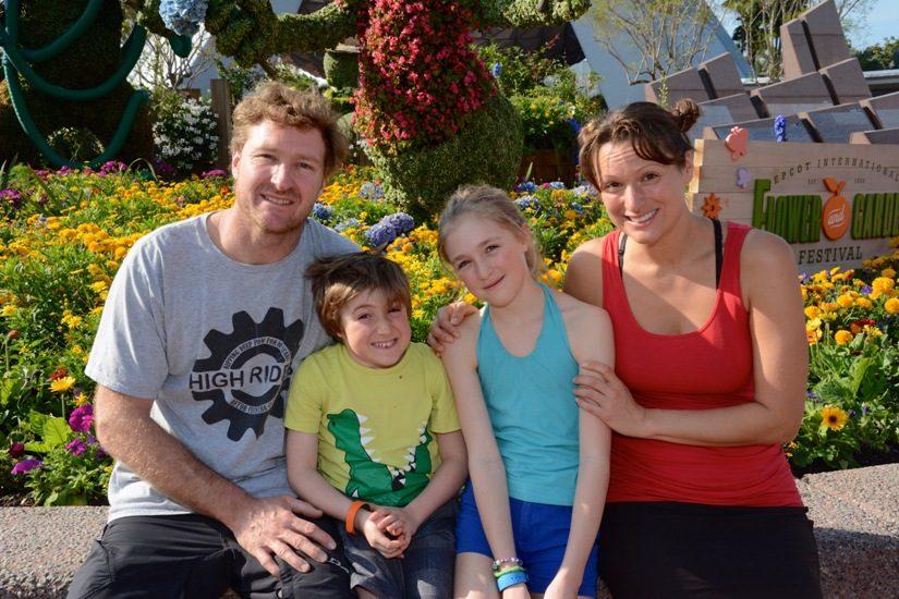 La famille de Catherine Du Berger en vêtements d'été, à Disney.