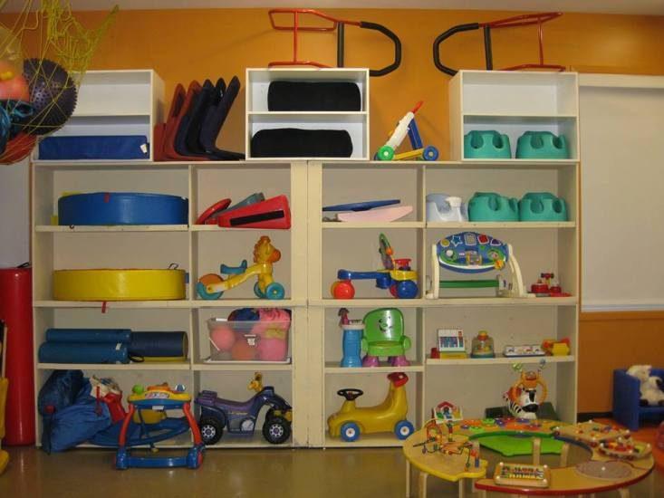Photos d'une étagère contenant des jouets.
