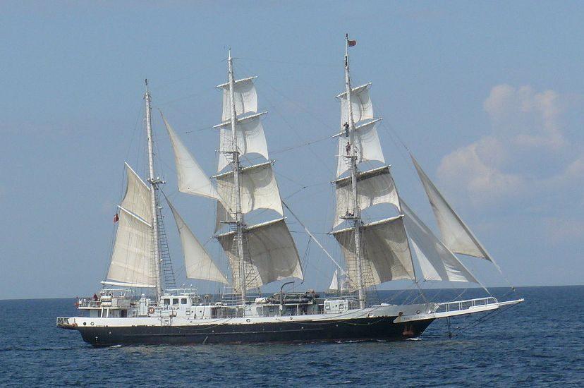 Le voilier Lors Nelson (qui a de grandes voiles blanches) sur la mer.