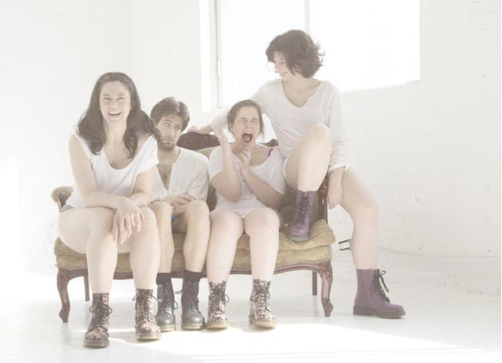 Les 4 danseurs de Maï(g)wenne et les orteils posent sur un divan.