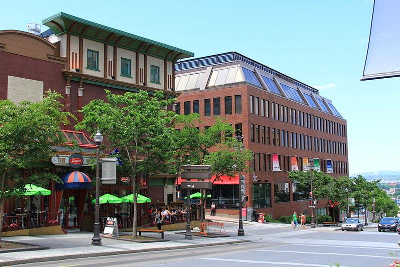 Les édifices au coin des rues St-Jean et de l'avenue Honoré-Mercier à Québec.