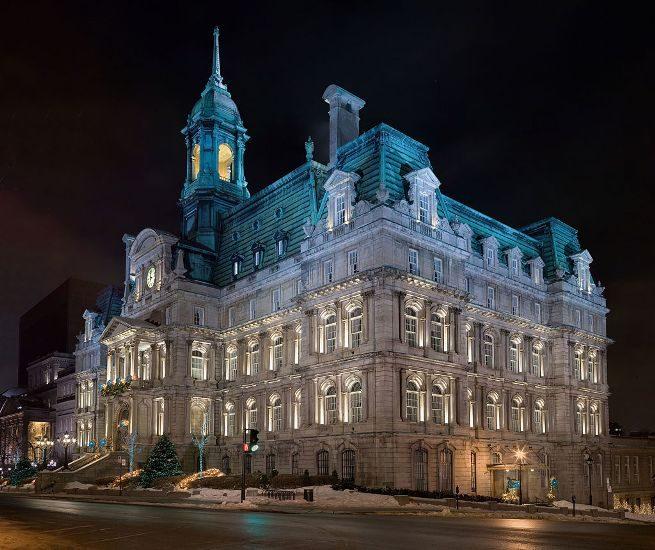 Photo de l'hôtel de ville de Montréal, le soir.