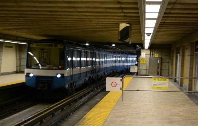 Le métro qui entre en gare à Longueuil