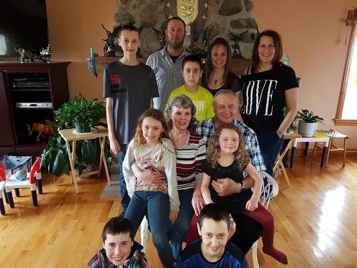 Mme Langelier pose avec son mari, ses enfants et ses petits enfants.