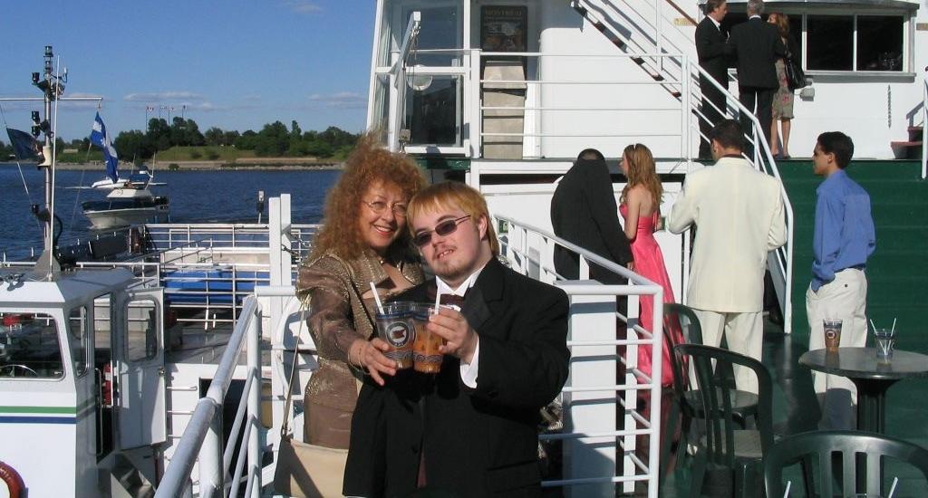 Lorraine et Marco à bord d'un bateau de croisière. Ils sont habillés chic car il s'agit du bal de finissant de Marco.
