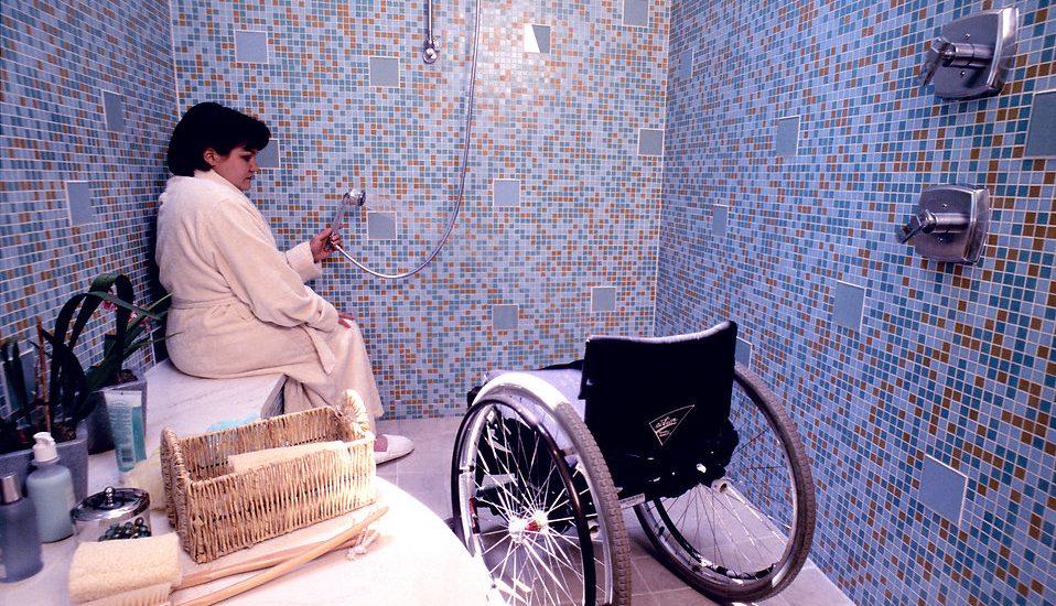 Femme fauteuil douche