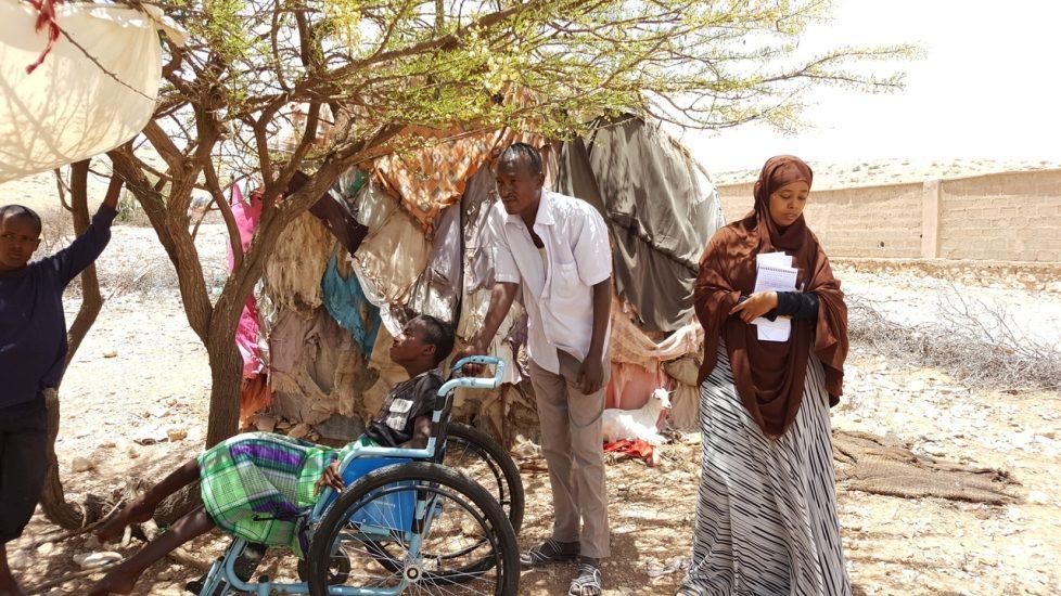 Au Somaliland une équipe de repérage rencontre une famille déplacée à cause de la sécheresse et de la pénurie alimentaire.