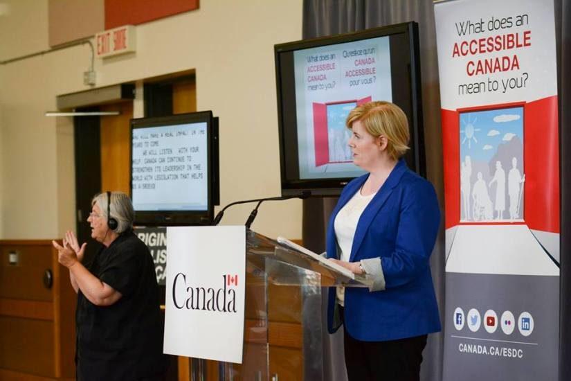 La ministre Carla Qualtrough lors s'une consultation en vue de la loi sur l'accessibilité.