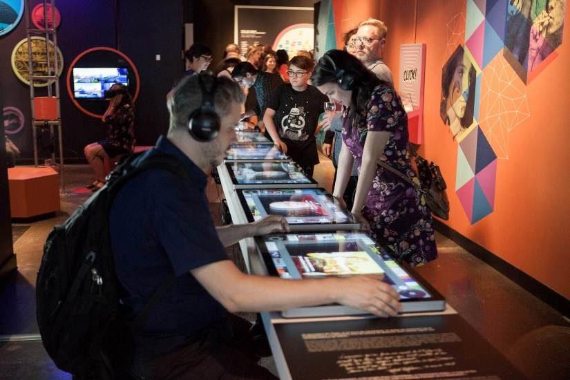 Des visiteurs à la nouvelle exposition du Centre d'histoire de Montréal sur l'expo 67.