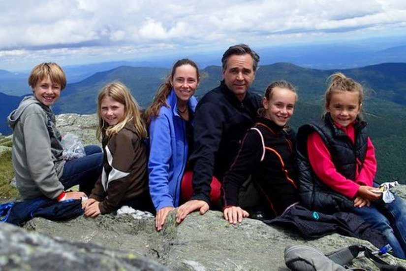 Photo de la famille Heppelle-Gauthier sur une montagne lors de leur voyage.