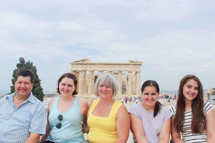 La famille Joly Parker lors d'un voyage en Grèce.