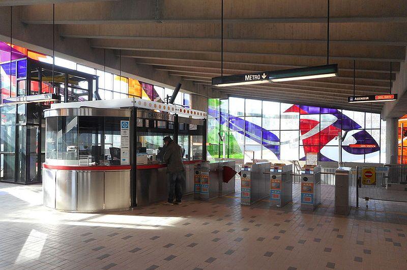 Les tourniquets du métro Champ-de-Mars, avec à gauche l'ascenseur.
