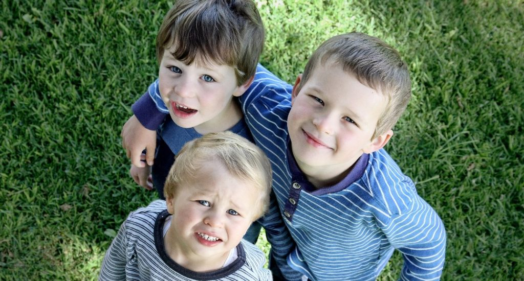 Photo en plongée de trois jeunes enfants