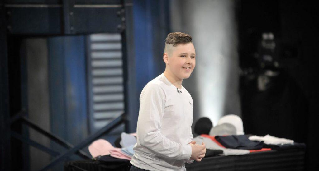 Le jeune Arnaud Laporte présentant son projet à l'émission télévisée Dans l'oeil du dragon.