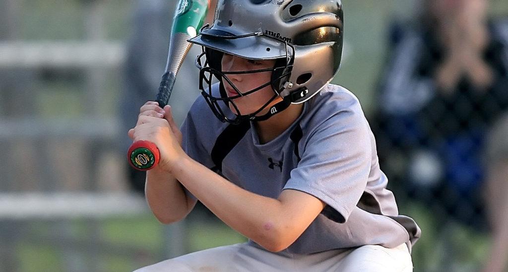 Un jeune garçon joue au Baseball.