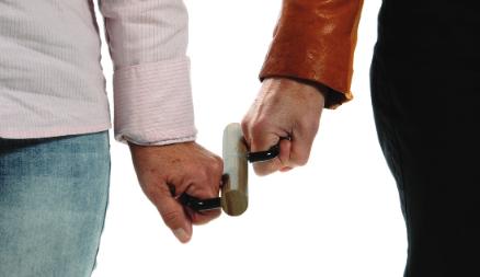 Deux mains tiennent l'outil côte à côte.
