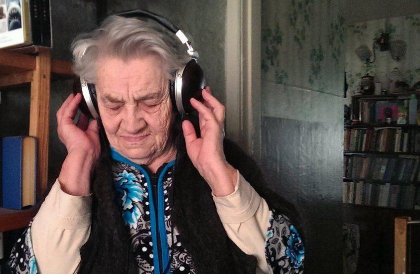 Vieille dame écouteurs