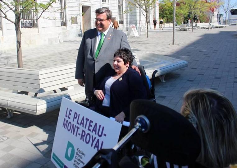 Linda Gauthier pose avec Denis Coderre à côté de l'Hôtel de ville lors de l'annonce de sa candidature.
