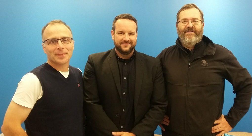 Louis Bourassa, Daniel Lateigne et Vincent François dans le lobby de Canal M.