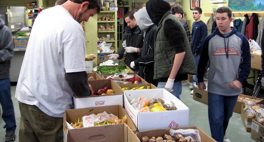 Des bénévoles préparent des aliments pour une soupe populaire.