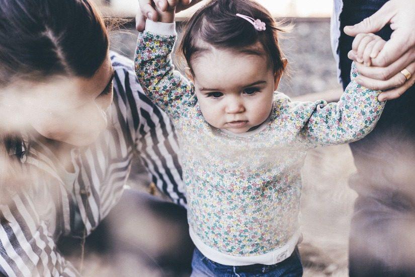 En gros plan, une petite fille qui apprend à marcher.