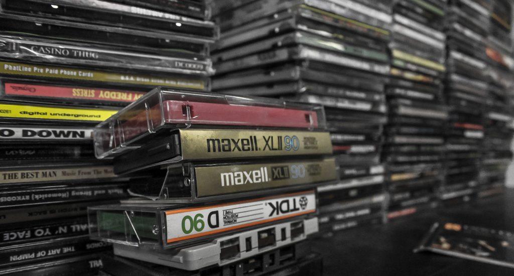 pile de disques et cassettes Pile de disques compacts et cassettes audio