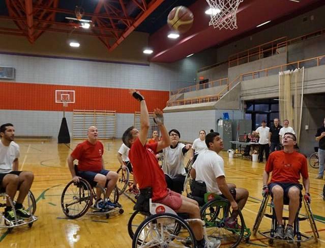 Photo de joueurs de Basketball en fauteuil roulant dans un gymnase.