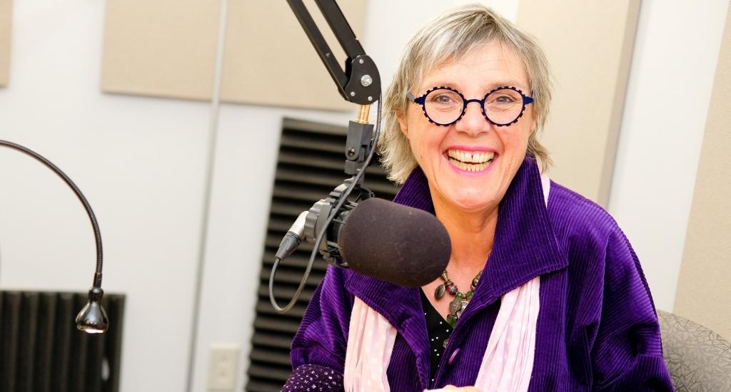 Clotilde Seille, animatrice de Des livres plein les oreilles,  au micro.