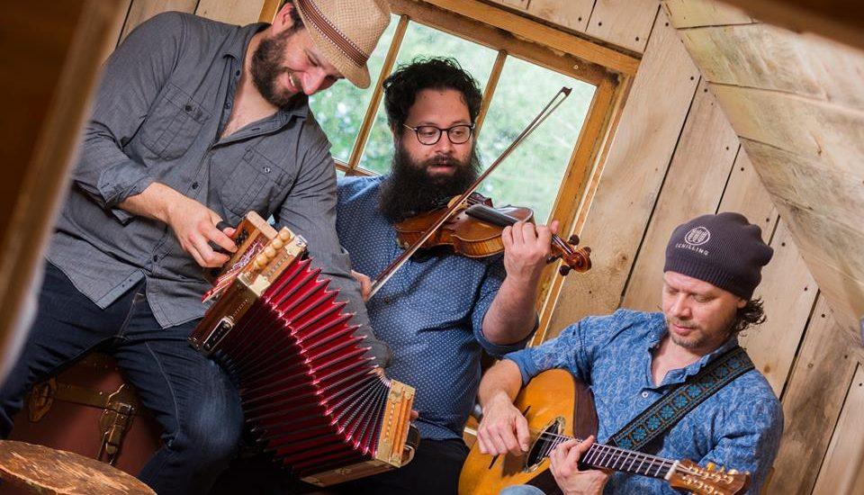 Les 3 musiciens de la formation De Temps Antan avec leurs instruments, l'accordéon, le violon et le bouzouki.