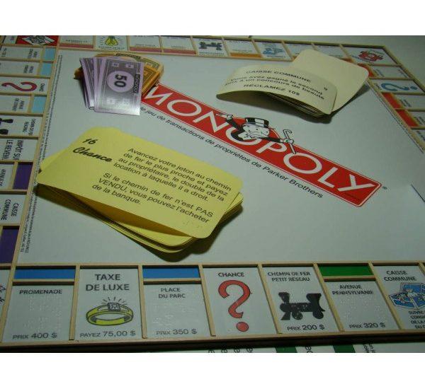 Jeu de monpoly adapté avec grandes cartes et braille.