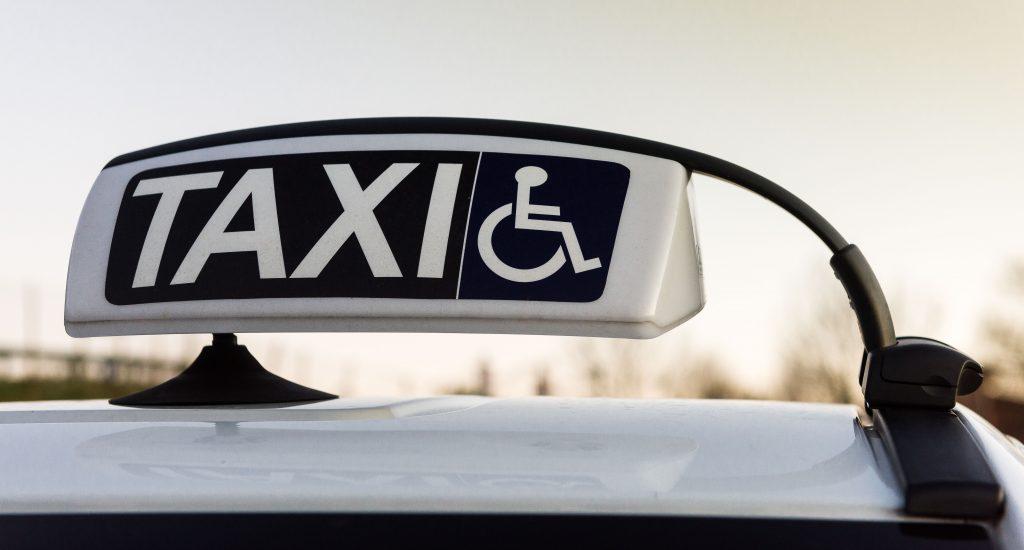 Enseigne de taxi avec un symbole de fauteuil roulant.