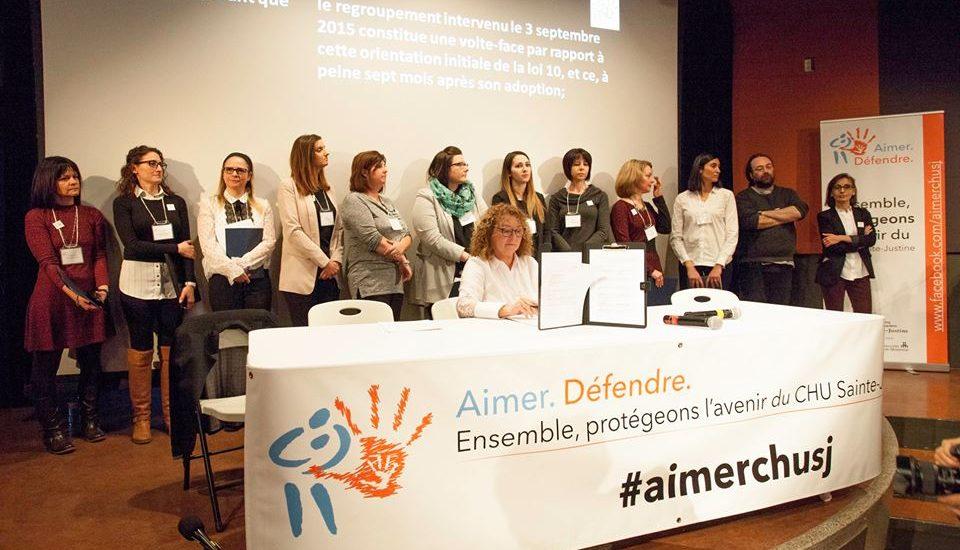 Photographie de la conférence de presse du 25 janvier. On aperçoit des représentantes des organismes ( il y a un seul homme) et leur porte-parole Marguerite Blais.