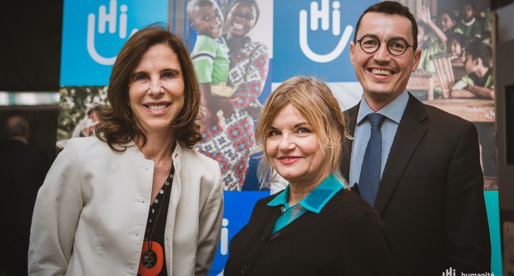 L'ambassadrice de France, Kareen Rispal, en compagnie de la chanteuse Diane Tellet de Jérome Bobin.