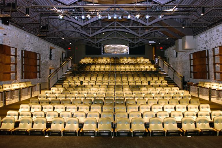 Vue des sièges de la salle de spectacle du complexe de l'Entrepôt.