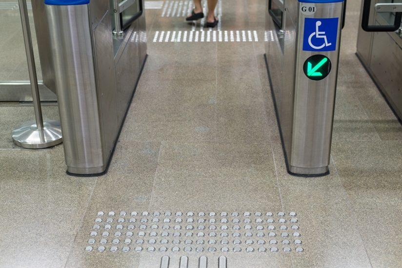 Guérite adaptée dans ce qui semble être un métro
