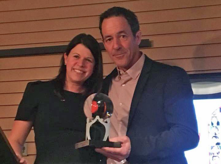 Alain Dumas a reçu un prix lors du lancement de la Semaine d'action bénévole.
