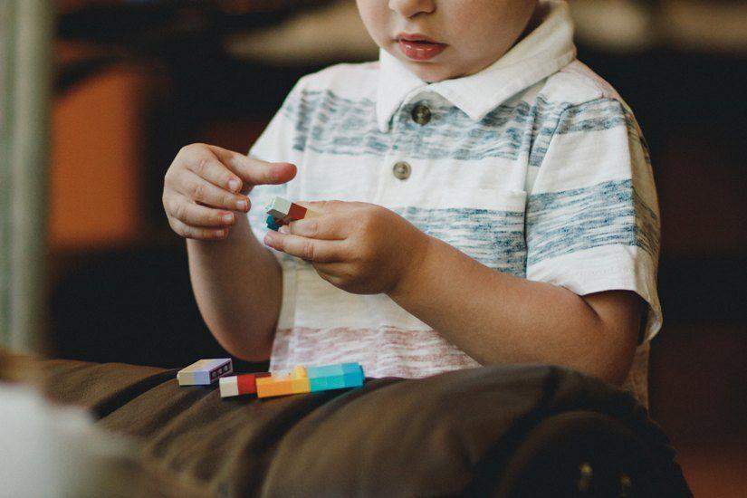 Enfant qui joue avec des légos.