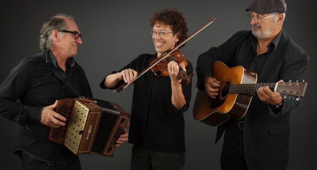 Photographie du trio Le bruit court dans la ville: un homme à l'accordéon, une femme au violon et un homme à la guitare.
